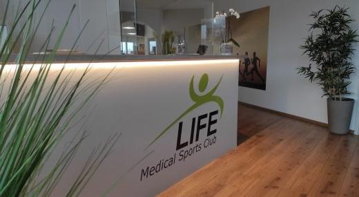 Eingang Life Fitnessstudio